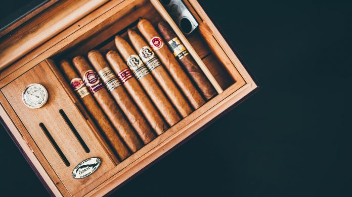 cigars-vintage-wooden-box-1637114-696x39